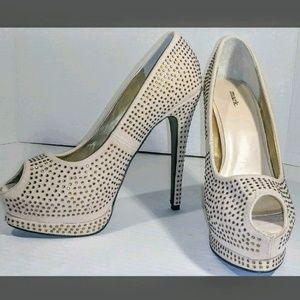😍Cream Gold Jewel Mark Stiletto Heels Size 8